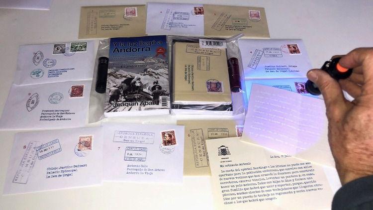 Mensajes ocultos en cartas secretas y una linterna UV para descifrarlos en 'Y la luz llegó a Andorra'